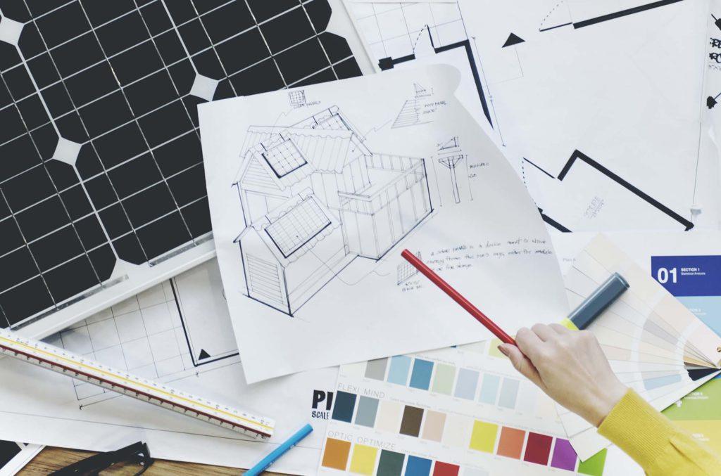 Un installateur dessine les plans en vue de la pose de panneaux solaires – Luminus.