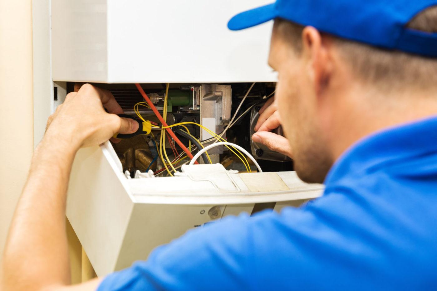 Technicus van Luminus aan de slag bij klant voor onderhoud cv-ketel