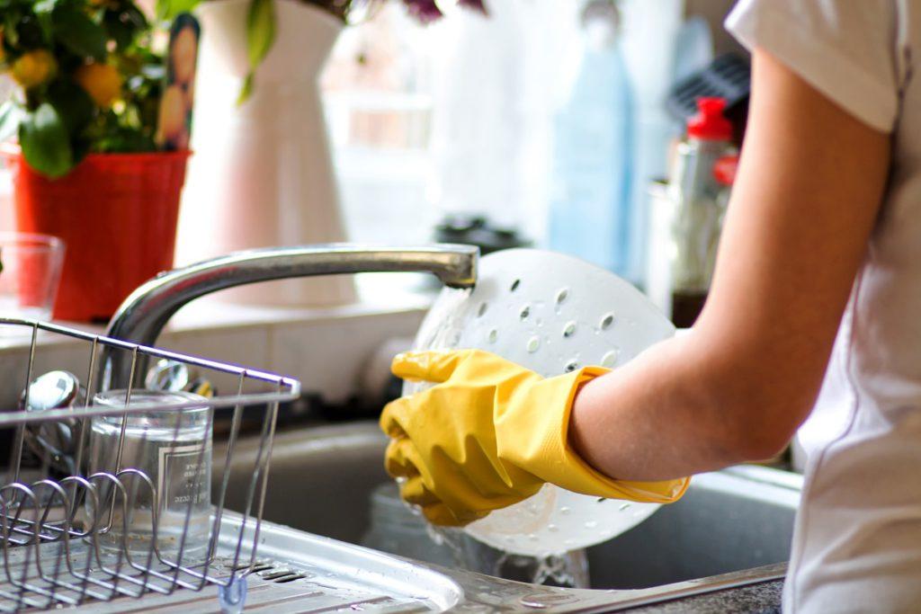 Vrouw wast af in haar keuken - Luminus