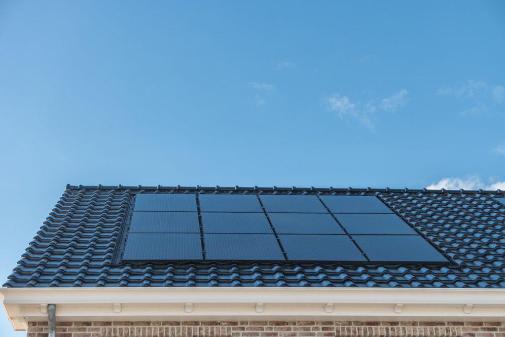 Blauwe zonnepanelen van Luminus op een dak